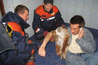 Чоловік застряг в унітазі під час спроби дістати 200 гривень