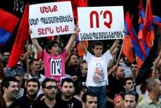 У Бейруті автомобіль президента Вірменії закидали камінням