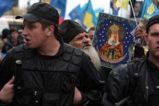 Біля Ради мітингувальники намагалися прорвати міліцейський кордон
