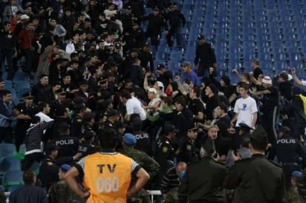 Російські фанати влаштували жорстоку бійку в Баку