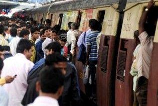 В Індії водопровідна труба впала на потяг: під завалами люди