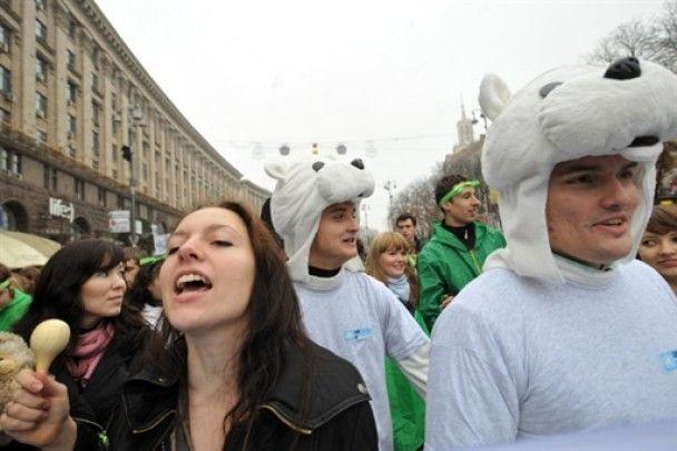 Центром Києва пройшли білі ведмеді, які протестували проти брудного повітря
