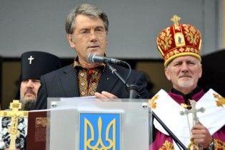 Ющенко прилетів на вертольоті до Хоружівки, де його благословлять у президенти