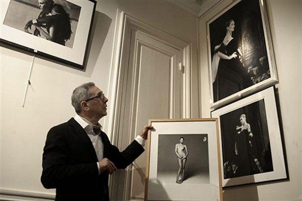 Оголену Карлу Бруні виставили в галереї