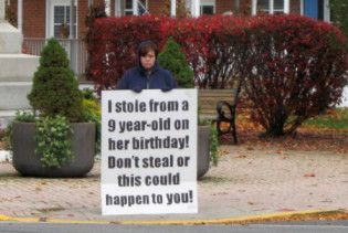 Американки стали перед судом з плакатом, в якому зізналися у крадіжці