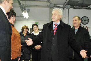 Литвину подарували пальто на вибори