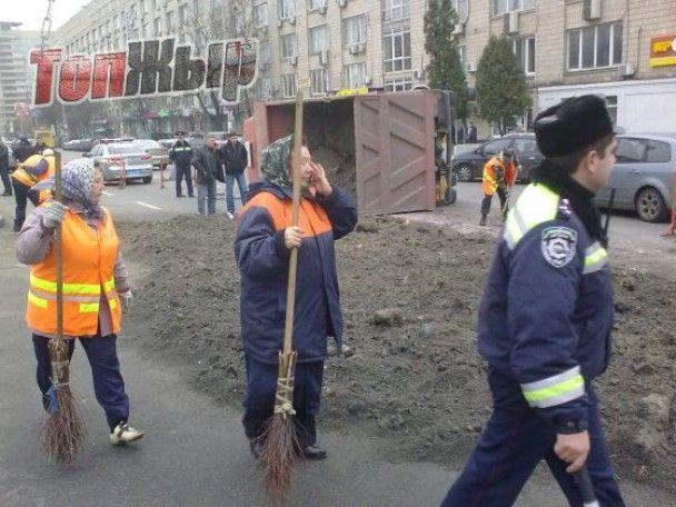 У Києві навпроти ЦВК перекинулася вантажівка з чорноземом