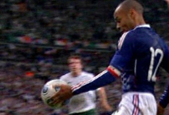 Т'єррі Анрі підіграв рукою у грі Франція - Ірландія