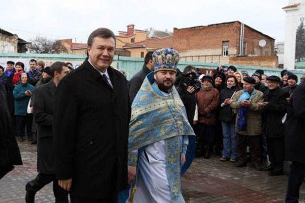 """Януковича в Сумах зустріли гаслами """"Геть!"""""""