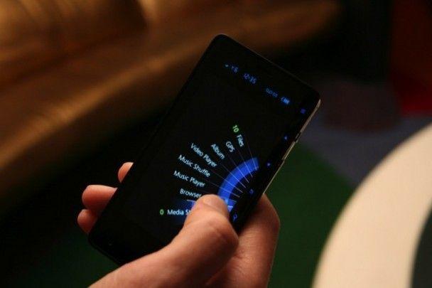 """В Ізраїлі анонсували унікальний """"однопальцевий"""" смартфон"""