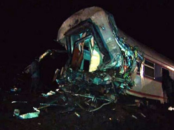 """Аварія """"Невського експреса"""": під вагонами залишилися люди"""