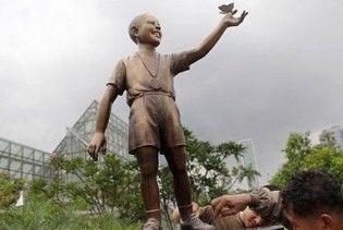 В Індонезії встановили пам'ятник маленькому Обамі
