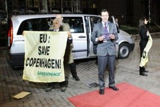 Активісти Greenpeace взяли штурмом палац, де зібрався саміт ЄС
