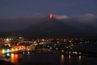 На Філіппінах через виверження вулкану евакуювали тисячі людей