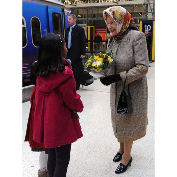 Королева Британії поїхала святкувати Різдво на електричці