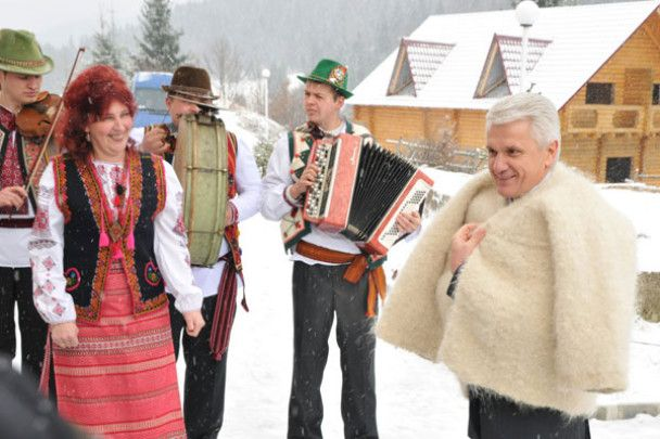 На Закарпатті Литвина одягли у гуню