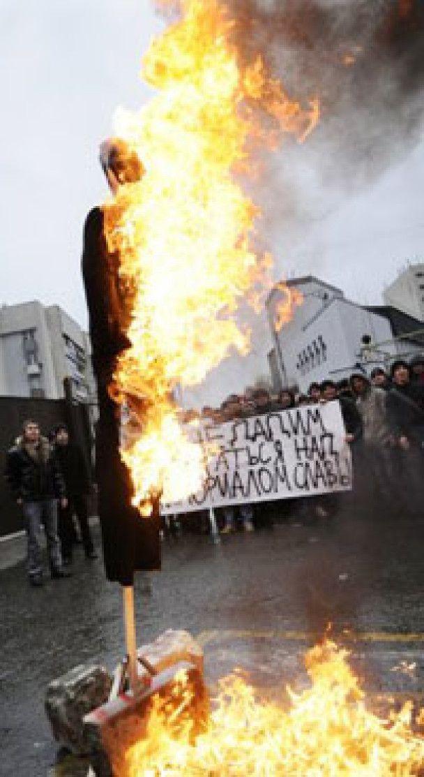 У Сімферополі спалили опудало Саакашвілі