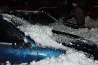 В центрі Донецька снігова брила розбила чотири машини