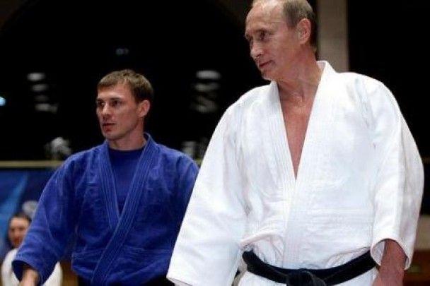 Путін перекидав через плече чоловіків і розписувався на грудях дівчат