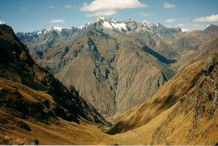 У перуанських Андах автобус впав у прірву: більше 40 загиблих