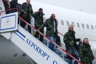 Українські моряки, які знаходилися півроку в полоні, повернулися на батьківщину
