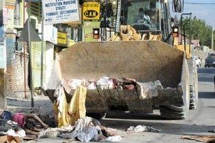 На Гаїті тіла загиблих прибирають бульдозерами