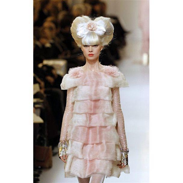 Гальяно зачарував Париж циліндрами, вуаллю та капелюшками