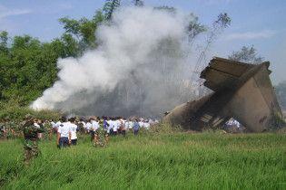 На Філіппінах військовий літак впав на житлові будинки, є жертви