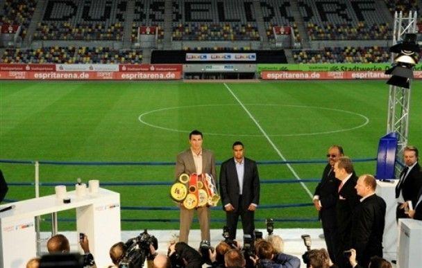Володимир Кличко зустрівся з Чемберсом на футбольній арені