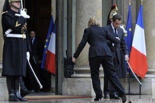 Клінтон під час зустрічі з Саркозі загубила черевичок