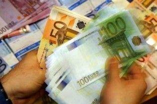 Українські банки обмежили операції з євро через падіння курсу