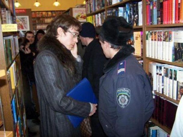 """У Києві люди в масках захопили книгарню """"Сяйво"""""""