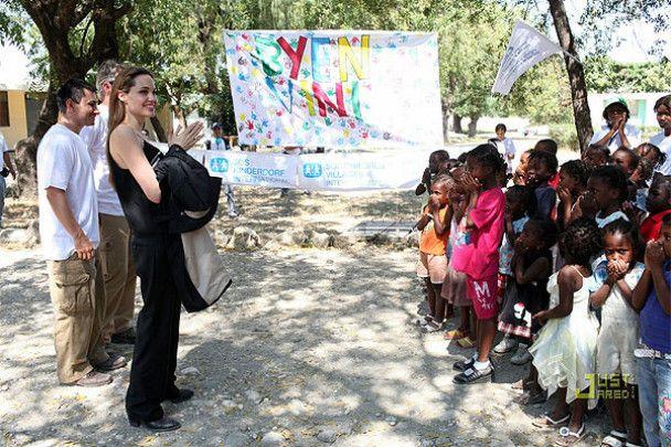 Анджеліна Джолі хоче всиновити дитину з Гаїті