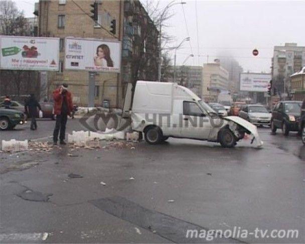 """У Києві """"ніжки Буша"""" перекрили рух в центрі міста"""
