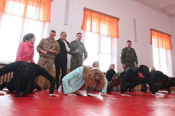 Дівчата у Кіровограді ходять строєм
