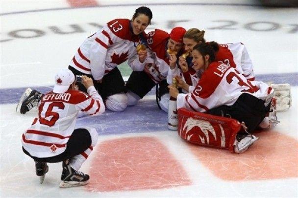 Канадські хокеїстки-чемпіонки пили і курили прямо на льоду