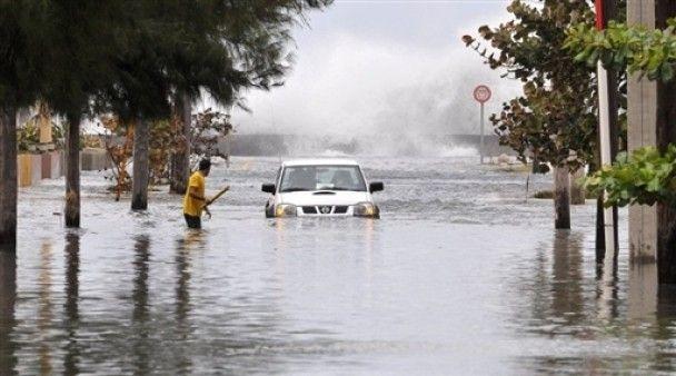Високі хвилі викликали повінь у Гавані
