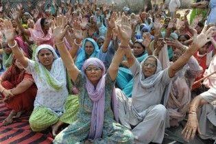 Під час релігійної церемонії в Індії затоптали на смерть більше 60 людей
