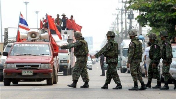 """Десятки тисяч """"червоних сорочок"""" зібралися на мітинг в Бангкоку"""