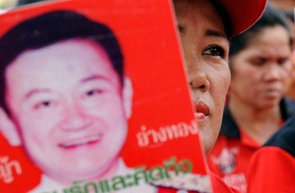 Тайські опозиціонери здають кров, щоб розлити її біля будівлі уряду