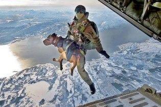 НАТО використовує в Афганістані собак-парашутистів