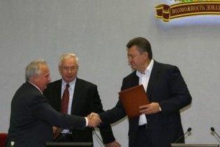 Азаров прибув до Донецька, щоб представити нового губернатора
