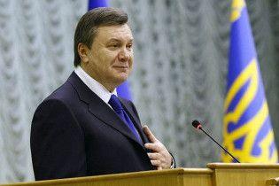 Януковича прирівняли до державного прапора та герба