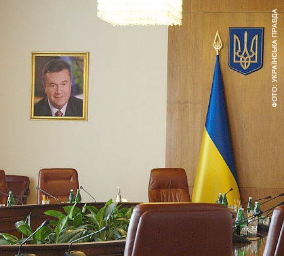 Портрет Януковича в уряді