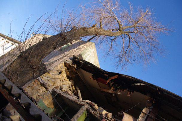 В Одесі стіна заводу обрушилася на автостоянку