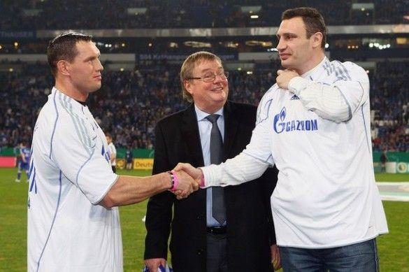 Віталій Кличко та Альберт Сосновськи відвідали футбольний матч