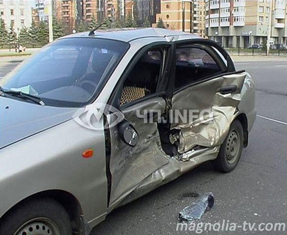У центрі Києва жінка-водій знесла зупинку