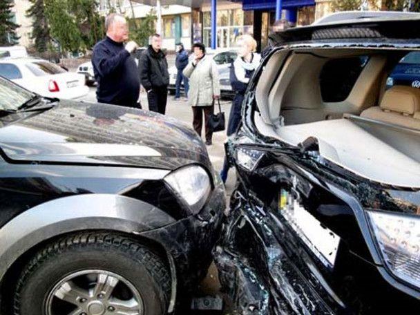 У центрі Києва жінка-водій знесла зупинку через напад гіпертонії