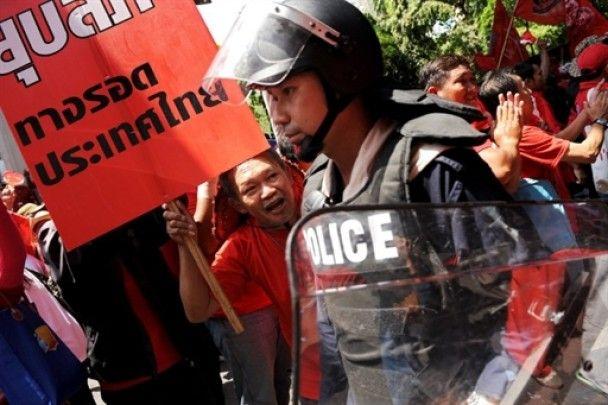 Битва поліції та опозиції у Таїланді