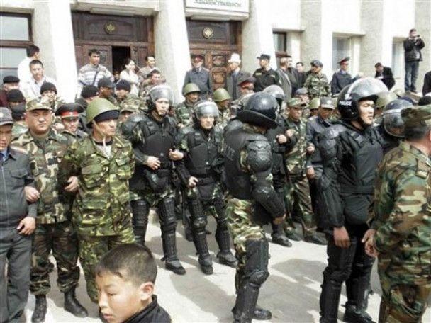 Киргизькі опозиціонери захопили машини ОМОНу, автомати та гранатомет